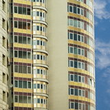 Остекленный фасад новостройки