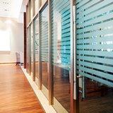 Современные стеклянные перегородки в офисе