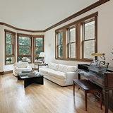 Остекленная дерево-алюминиевыми окнами гостиная