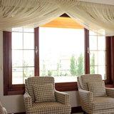 Интерьер окна со светлыми шторами