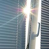 Приоткрытое окно с жалюзи