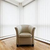 Закрытые вертикальные жалюзи с большими окнами