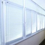 Окна с закрытыми жалюзи в длинном коридоре