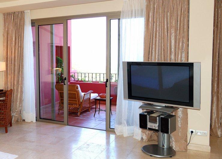 Присоединенный балкон раздвижные двери дизайн спальни.