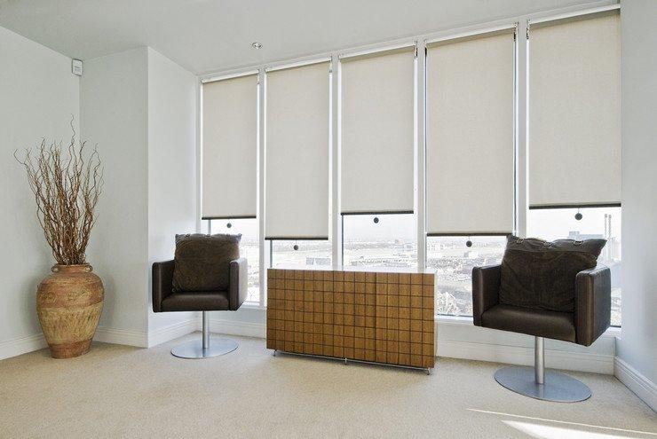 Рулонные жалюзи в офисе, кресла, кувшин