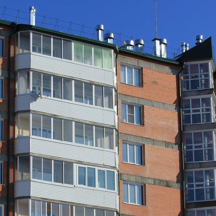 Остекление балкона с установкой крыши на последнем этаже.