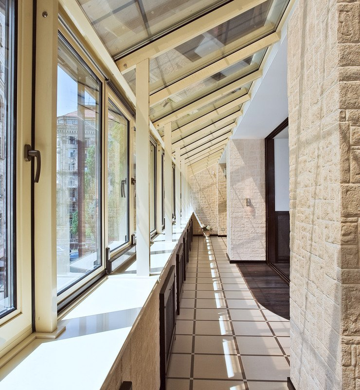 Длинный балкон (галерея) интерьер.